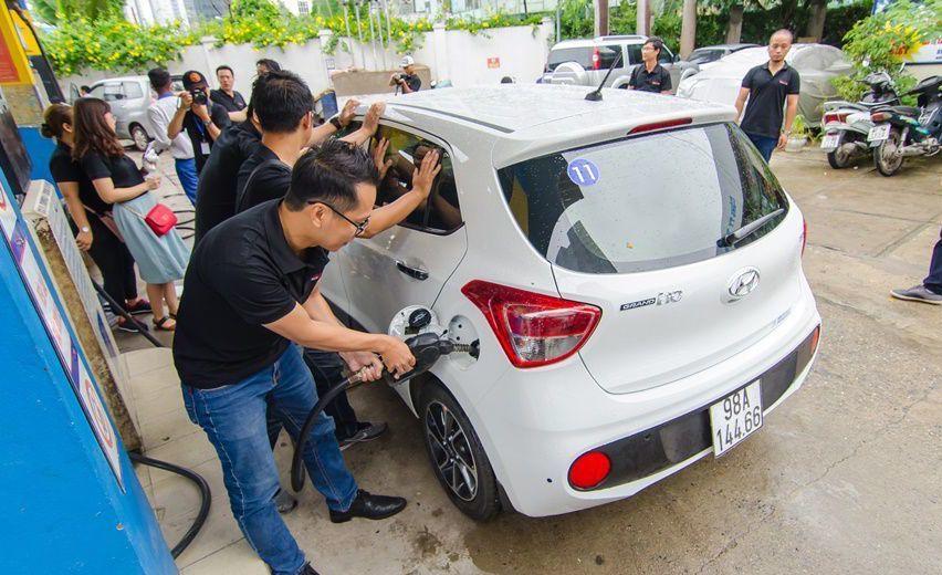 Giá xăng rẻ, dân xe hơi về quê tiết kiệm hàng trăm ngàn đồng