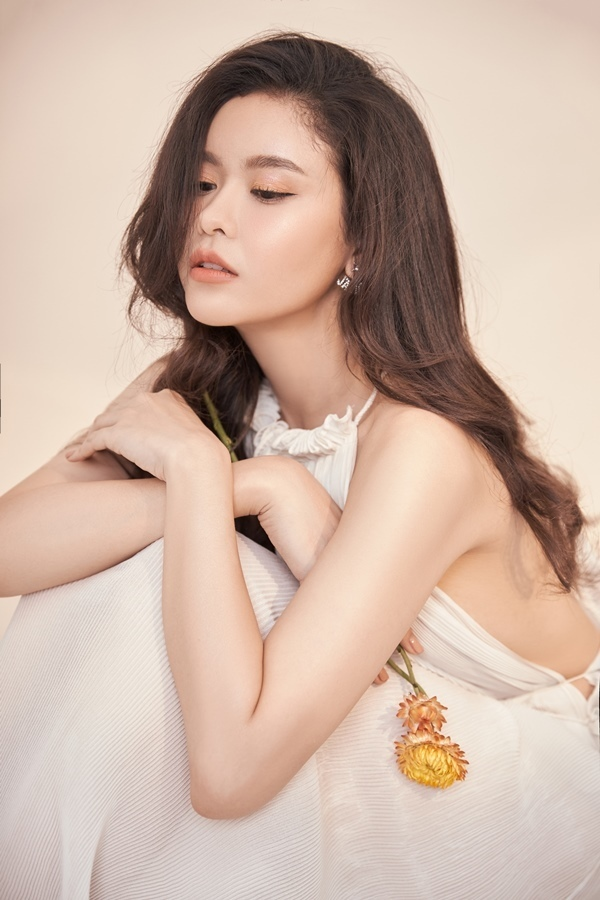 Trương Quỳnh Anh ngọt ngào với sắc trắng tinh khôi