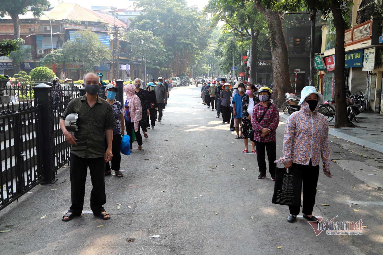 Phố cổ Hà Nội, trăm người đội nắng nhận gạo miễn phí