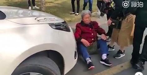 Ngáng đầu xe cưới, bà cụ Trung Quốc kiếm bạc triệu không tốn sức