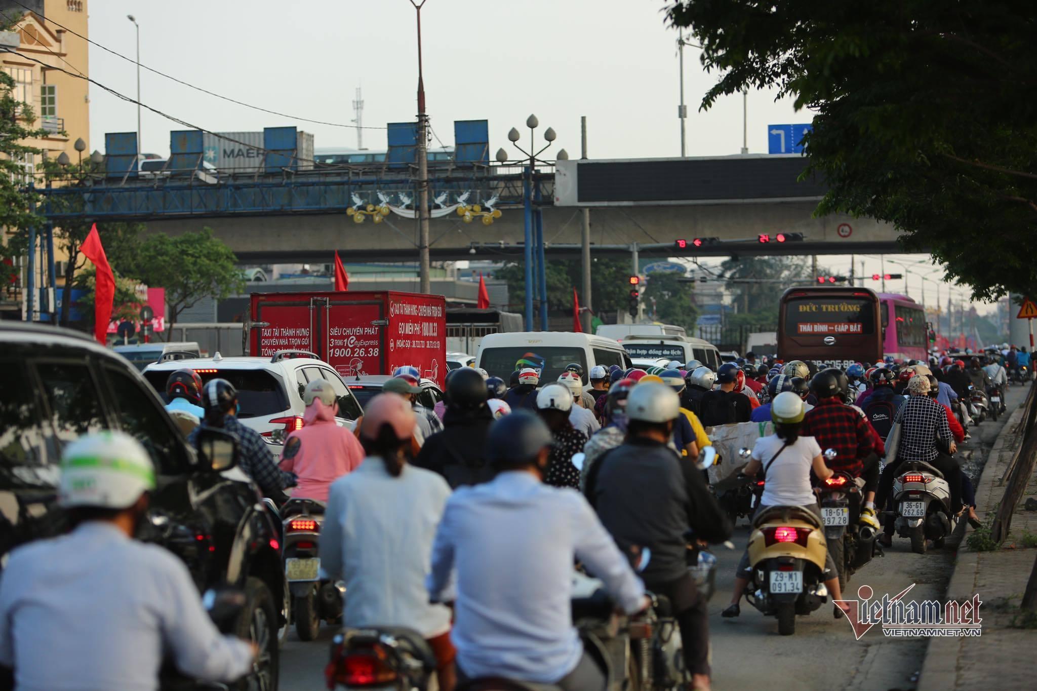 Nghỉ lễ 30/4, đông nghẹt bến xe, kẹt cứng đường sau nới giãn cách