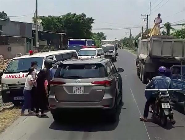 Ô tô 7 chỗ chạy lấn làn, ép xe cứu thương vào lề đường