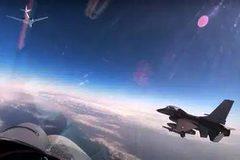 """Xem máy bay ném bom Nga chơi trò """"mèo vờn chuột"""" với chiến cơ NATO"""