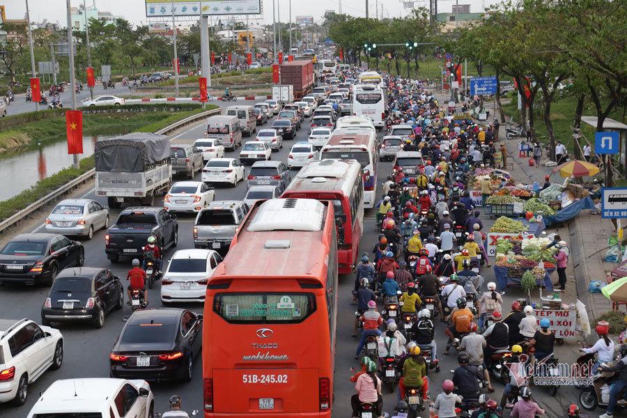 Cửa ngõ miền Tây kẹt cứng người rời Sài Gòn về quê nghỉ lễ