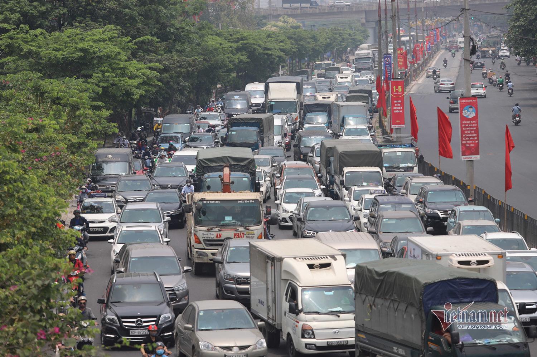 Kìn kìn rời Hà Nội ngày đầu nghỉ lễ, đường về quê xa quá xa