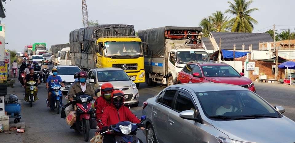 Kẹt cứng ở miền Tây, dòng xe xếp hàng nhiều giờ trên quốc lộ 1