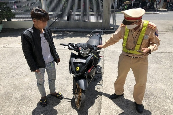 Truy bắt lái xe máy chạy một bánh 'làm xiếc' trên đèo Hải Vân