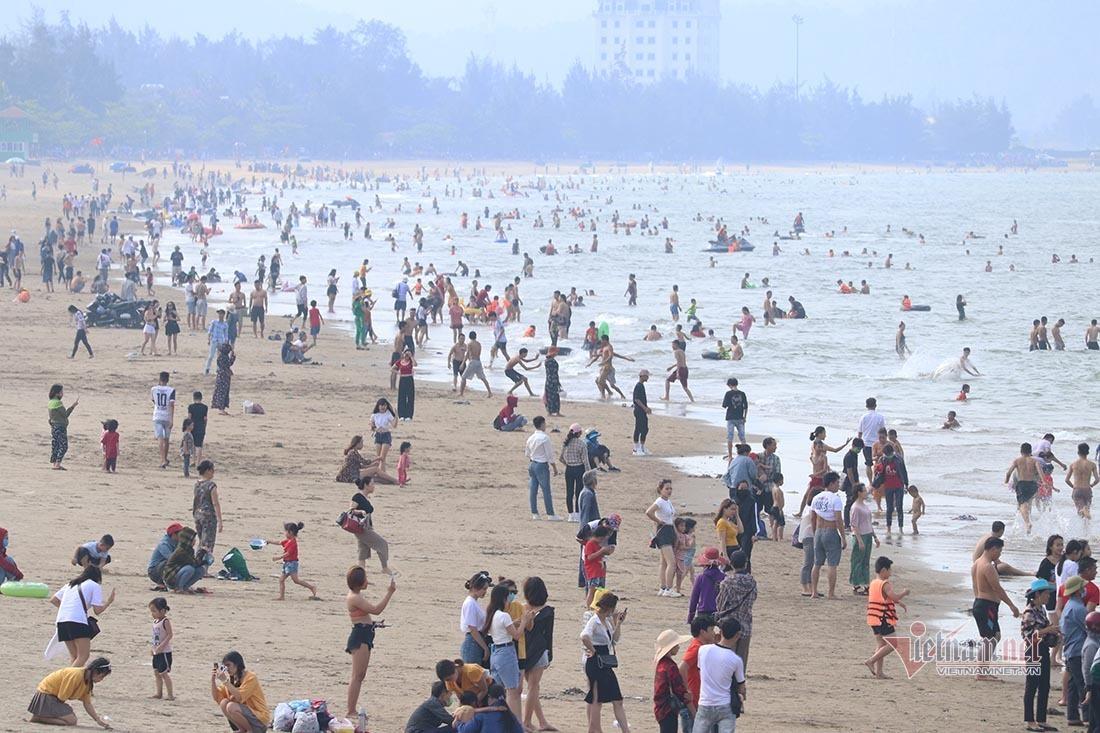 Hàng nghìn du khách chen nhau tắm biển Sầm Sơn, Cửa Lò