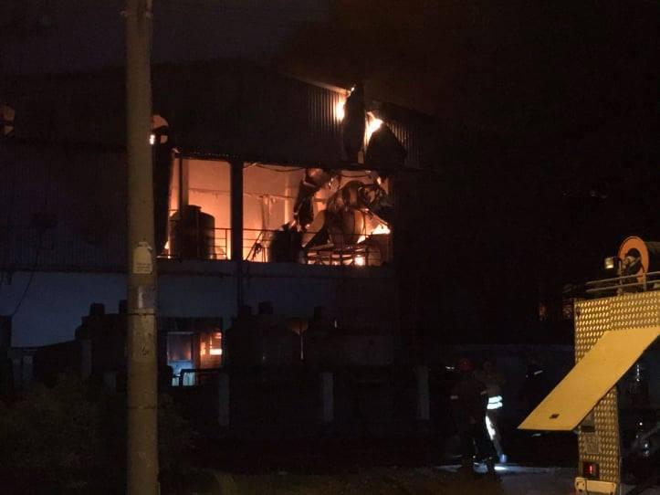 Sức nóng khủng khiếp từ đám cháy nhà xưởng, lính cứu hỏa bị bỏng