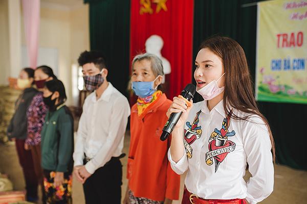 Phạm Phương Thảo trao quà cho người nghèo ở quê nhà