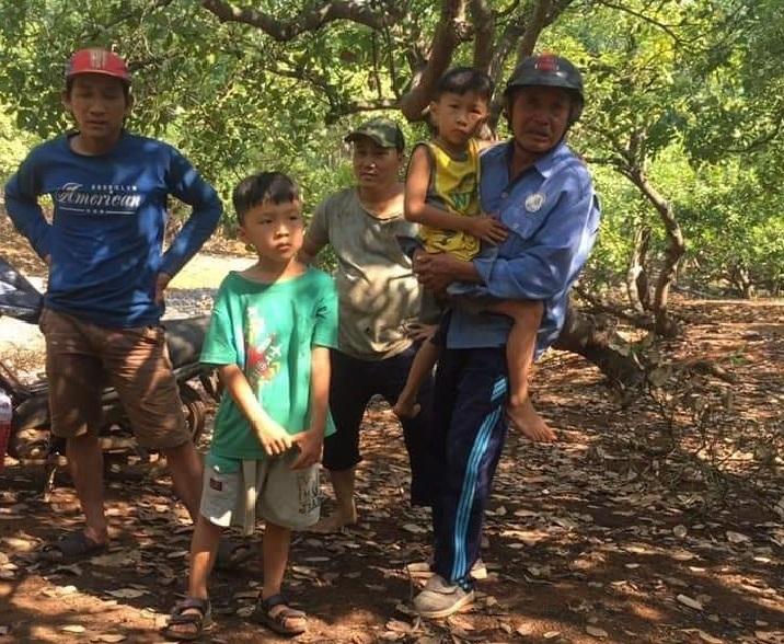 2 bé trai sinh đôi mất tích được tìm thấy ở chòi lá sâu trong vườn điều