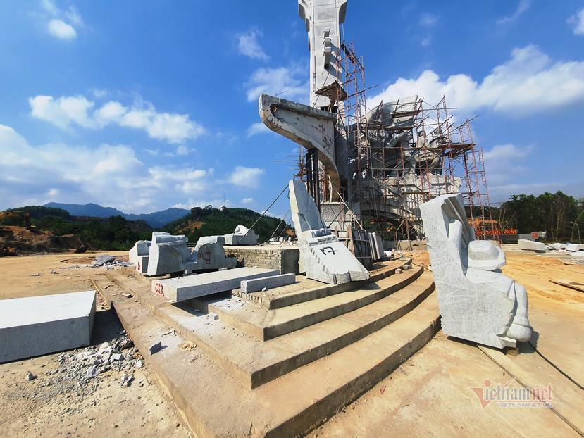 Huyện nghèo san ủi ngọn đồi, xây tượng đài 14 tỷ