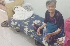 Hành xử đáng quý của cụ bà 80 tuổi ngày bán vé số, tối ngủ hành lang