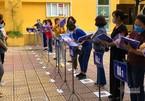 Trường học Hà Nội chia đôi lớp, lắp vách ngăn đón học sinh trở lại