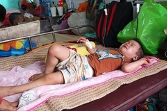 Giấc ngủ nhọc nhằn của đứa trẻ 1 tuổi mắc bệnh ung thư hiểm nghèo