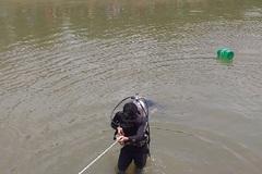 Đi câu cá, một 'cần thủ' bị trượt chân xuống kênh mất tích