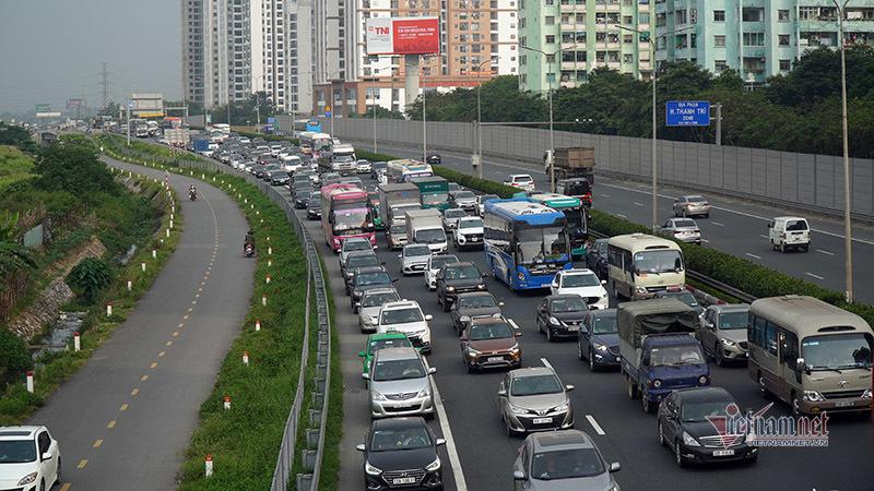Bơ phờ chôn chân giữa ngàn xe nhích từng mét về Hà Nội