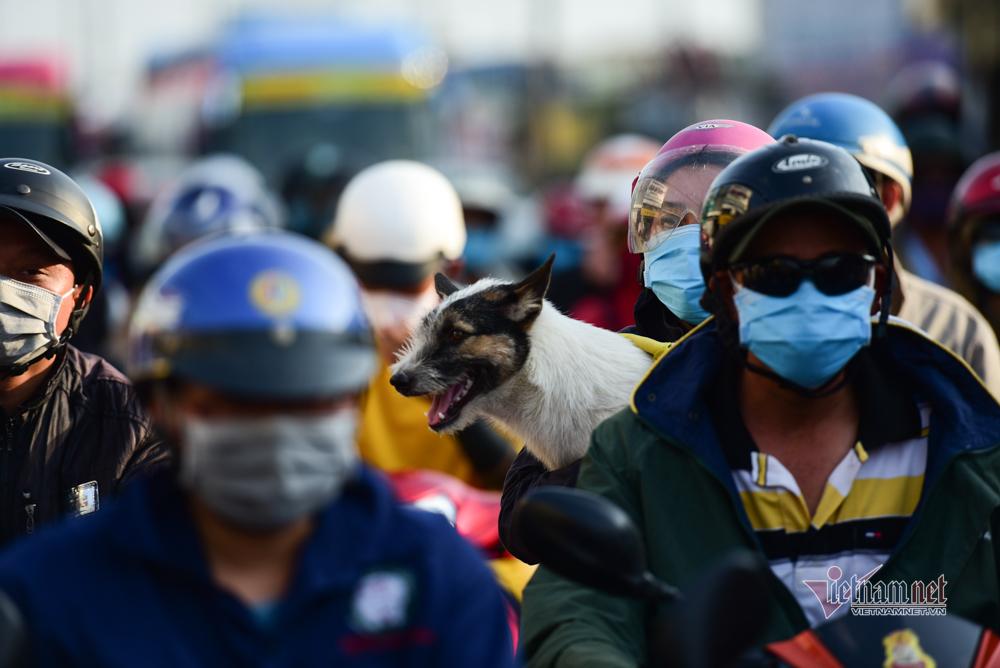 Nghìn người đổ về sau nghỉ lễ, cửa ngõ Sài Gòn 'nhích từng mét'