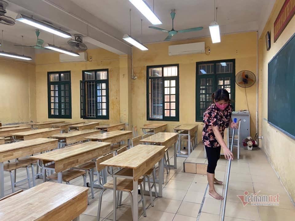 Lần đầu tiên thầy cô đón học sinh đến trường vào tháng 5