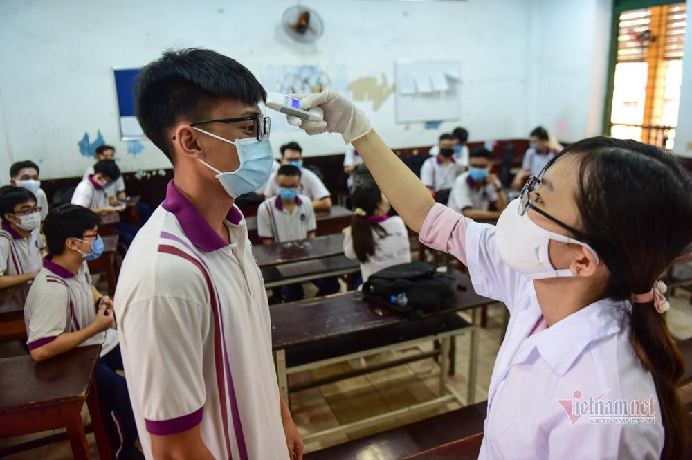 Trở lại trường sau 107 ngày nghỉ dịch, mỗi học sinh được phát 9 khẩu trang