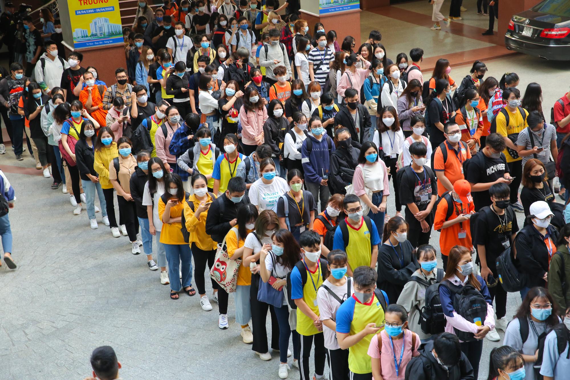 Sinh viên ùn ùn trở lại giảng đường