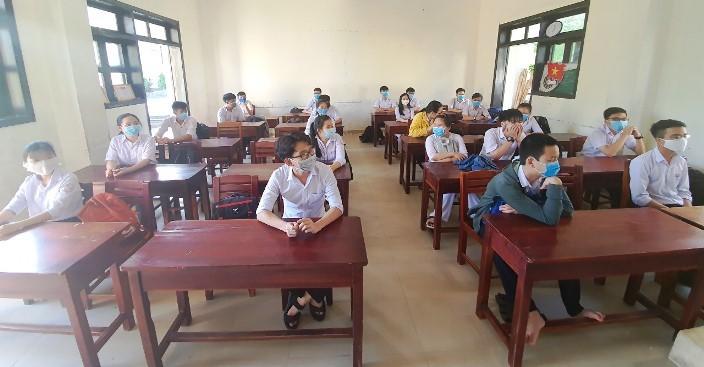 Học sinh 'tựu trường' trong nắng tháng 5