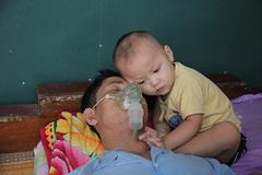Xót thương bé trai 2 tuổi đói khát nép mình bên người cha nghèo suy thận