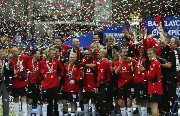 Ngày này năm xưa: Arsenal 'dâng' ngôi vô địch cho MU