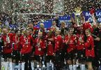 """Ngày này năm xưa: Arsenal """"dâng"""" ngôi vô địch cho MU"""