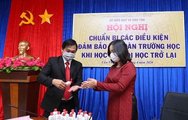 Dược Hậu Giang tặng Gel rửa tay khô cho ngành giáo dục Cần Thơ