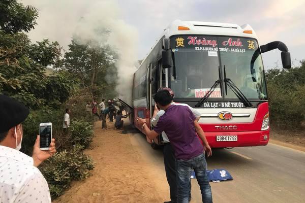 Xe giường nằm nổ lốp bùng cháy, hơn 20 khách hoảng hốt bỏ chạy
