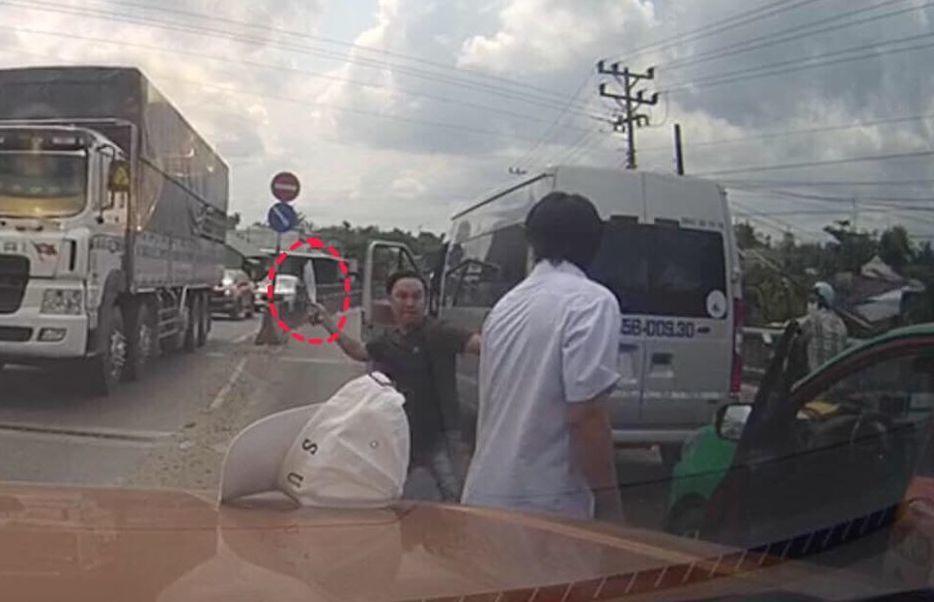 Clip tài xế xe khách chặn taxi chém lái xe sau va chạm