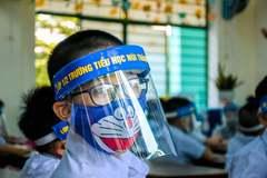 Đeo tấm chắn giọt bắn khi ngồi học: Thương hay hại con?