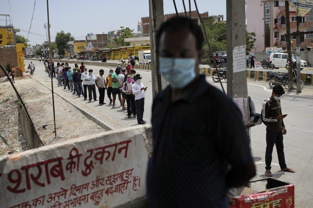 Vừa nới phong tỏa, hàng trăm người Ấn Độ xếp hàng mua rượu