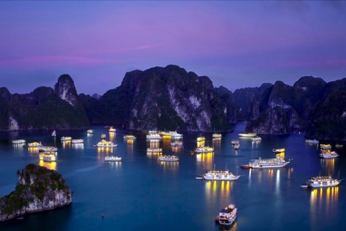 Quảng Ninh cho ngủ đêm trên vịnh Hạ Long, mở đường bay Vân Đồn