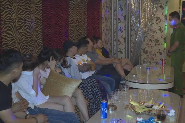 Quán karaoke 'cửa đóng then cài', bên trong hơn 30 nam nữ phê ma túy