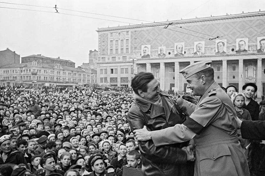 Hình ảnh hiếm về người dân Liên Xô ăn mừng ngày Chiến thắng năm 1945