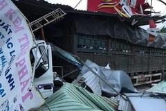 Xe container mất lái tông sập 4 nhà dân ở Bình Phước