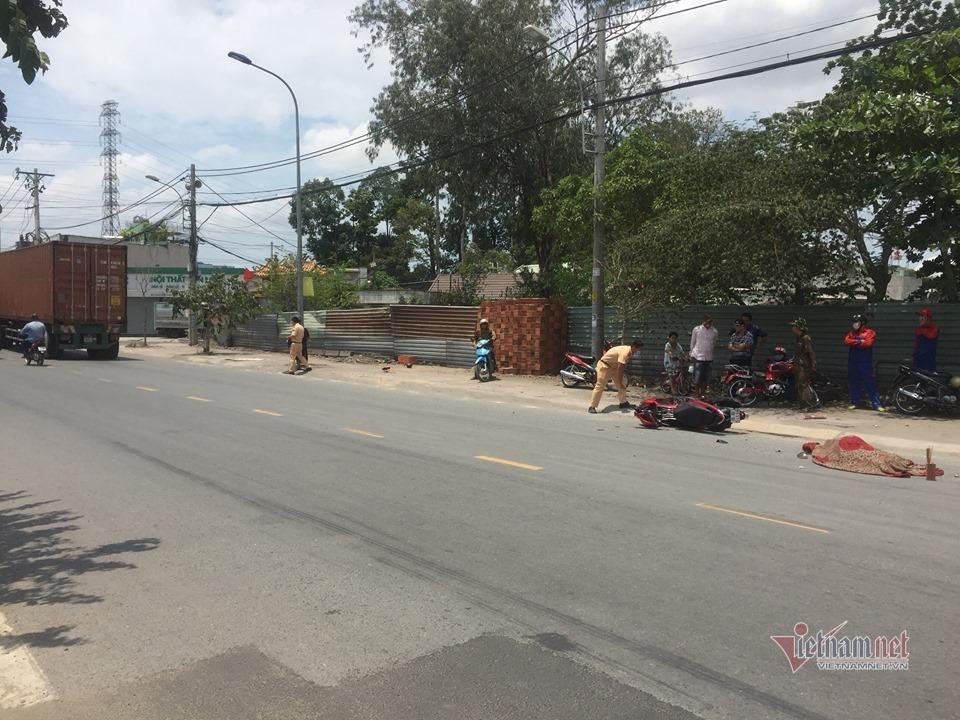 Văng khỏi xe máy sau va chạm, thanh niên bị xe container cán chết