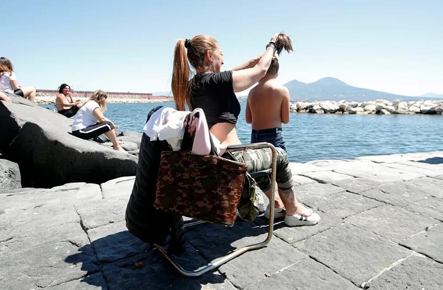 Vừa dỡ bỏ phong tỏa, nhiều người dân Italia đã quên đeo khẩu trang