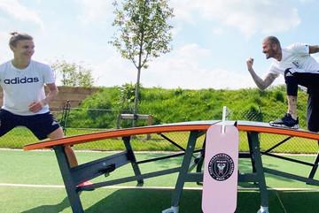 Beckham ăn gian khi chơi Teqball cùng con trai