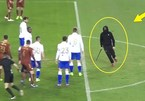 Fan quá khích truy sát, hạ đo ván cầu thủ ngay trên sân