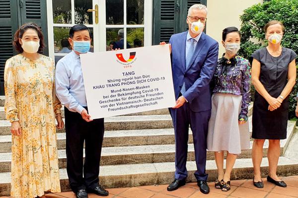 Hội Hữu nghị Việt - Đức trao tặng nước Đức 80.000 khẩu trang