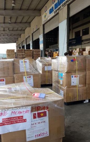 Vận chuyển hàng trăm nghìn khẩu trang sang Pháp