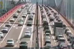 Cầu treo TQ cuộn sóng, khách đi đường hoảng hồn