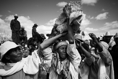 Kỳ dị tập tục 'nhảy múa cùng người chết' ở Madagascar