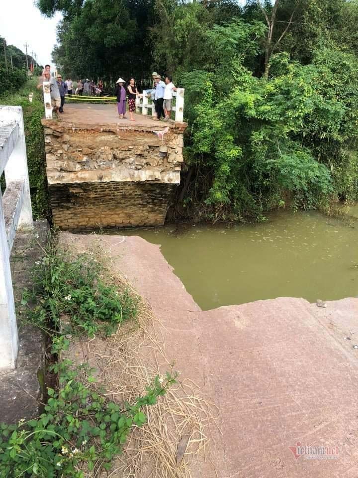 Cầu 40 tuổi đổ sập trong đêm, hàng trăm hộ dân bị cô lập ở Quảng Trị