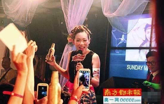 Sinh con được 3 tháng, Hoa hậu Hong Kong vất vả đi hát kiếm tiền
