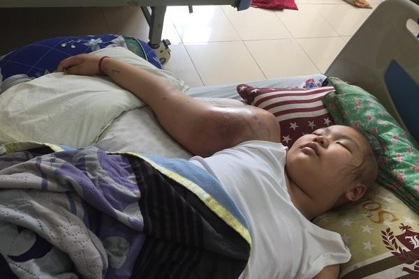 Bé gái chỉ mong được gặp ông tiên để chữa khỏi khối u khổng lồ
