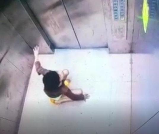 Nghẹt thở giải cứu cậu bé 9 tuổi mắc kẹt trong thang máy chung cư